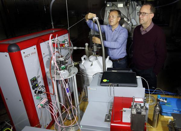 researchers work on lab equipment for hydrogen-powered transportation storage